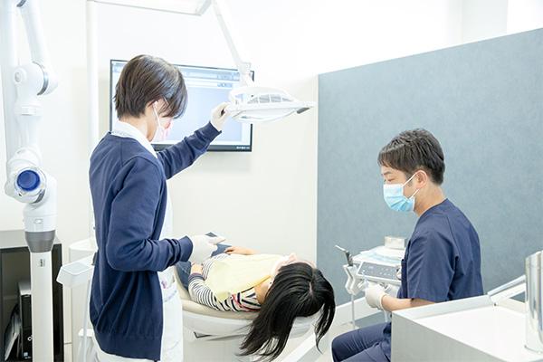 虫歯の取り残しがないように丁寧に歯を削ります